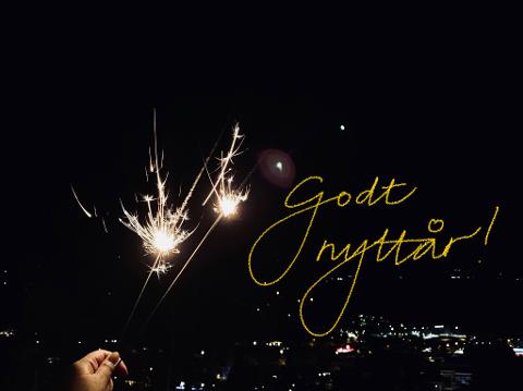 Nytt tiår: To stjerneskudd gnistrer over Fagernes like etter midnatt på nyttårsaften. 2019 er nå historie, og vi beveger oss inn i et nytt tiår.