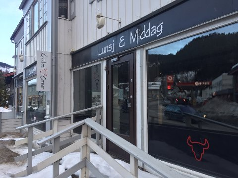 Stengt: Mattilsynet stengte restauranten Khalles Corner på Fagernes etter et tilsyn tirsdag denne uka. På døra skrev de at det var stengt på grunn av oppussing av kjøkkenet.