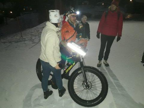 FAT BIKE: Stian Ulberg og sykkelen han bruker på vinterstid.  Bildet tatt omtrent en time før målgang og viser Stian, familie og venner som heier og støtter en litt sliten deltaker som nærmer seg mål.