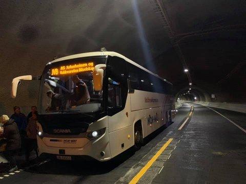 Kjørte bussen: JVB sin «grand old man», Kristoffer Kvame, kjørte den fyrste bussen gjennom tunnelen - under eigen grunn.