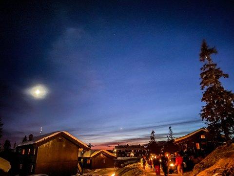 Rødskjær: En stjerneklar himmel, et vagt rødskjær over åskammen og fakler lyste opp blant hyttene på Aurdalsåsen 31. desember.