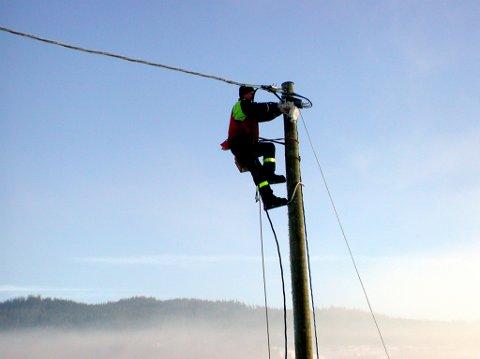 ILLUSTRASJONSFOTO: ValdresEnergi Nett måtte ut å gjøre reparasjoner på strømnettet i natt, etter at et tre hadde falt over- og kuttet av to ledninger på linja ned mot Kvitvella.