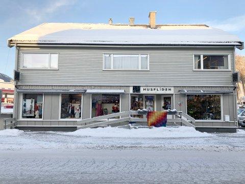 Månumgården: Eivind Akervold i Fagernes Eiendom AS har nylig pusset opp bygården på Fagernes, hvor Husfliden har holdt til i mange år.