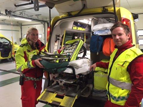 PÅ JOBB: Ambulansearbeider Eivind Magnus Ellingbø og sykepleier/ambulansearbeider Marianne Bergli sjekker ambulansen torsdag ettermiddag. Viktig at alt utstyr og medikamenter er i orden og på plass.