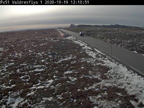 Valdresflye: Mandag var det fortsatt bar veg på fylkesveg 51 over Valdresflye, men tirsdag er det ventet snø og minus seks grader på fjellovergangen.