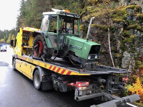 MISTET FRAMAKSLINGEN: En 16 år gammel traktorfører fikk problemer på Lovegen, like ved Førsøddin, i morgentimene fredag.