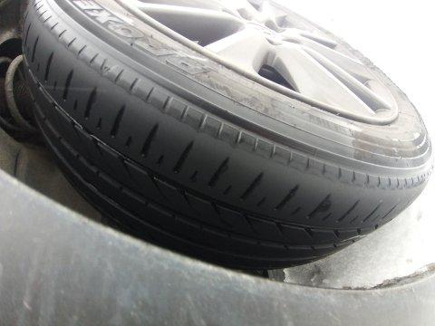På glatta: En fører med slike sommerdekk på vinterføre langs E16 er ikke trygt. Det resulterte i stopp på Kalplassen for denne førerens del.