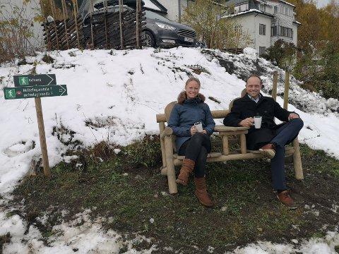 NYE VALDRESSTOLER: Kaja Funder Idstad og Jacob Håvelsrud tar en kaffepause i stolen som alt er plassert nedenfor Kampenes begravelsesbyrå.