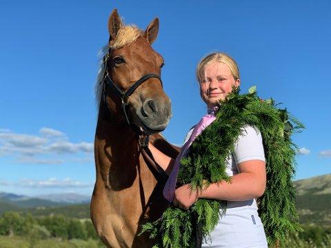 KLAR fOR NM: Tuva Moen Lien (14) og ponnien. L.A. Knoch Out. Sammen har de vunnet åtte av ti løp denne sesongen. Til helga er det NM.