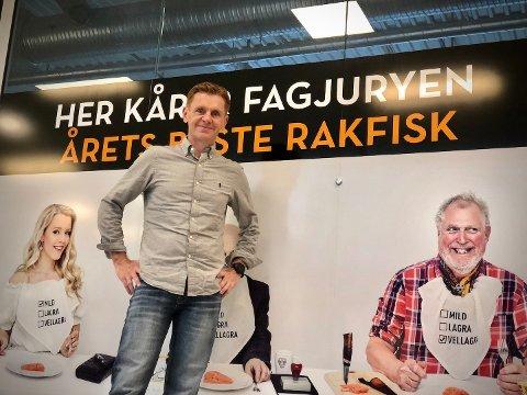 Rakfiskgeneral Håvard Halvorsen foran fagjuryens rom, der årets beste rakfisk blirkåret lørdag 7. november.