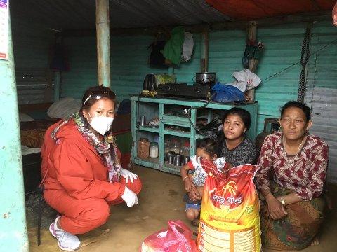 """INNSAMLING: Beni utnyttet tiden som koronafast i Nepal, godt. Gjennom to innsamlinger samlet de inn 240.000 kroner, som gikk til """"matpakker"""" til familier som hadde behov for det, blant annet enslige mødre."""