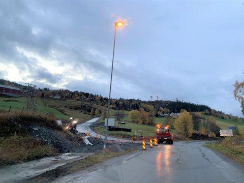 BLIR UTBETRA: Presis vegdrift og Jabra Maskin har starta arbeidet med å utbetre dårlege parti på Svarthamarvegen, på oppdrag frå Innlandet fylkeskommune.