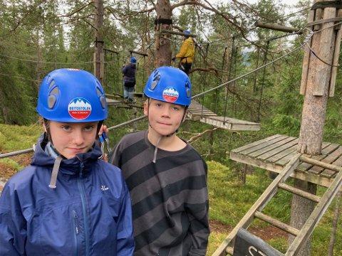 ARTIG AKTIVITET: Tvillingene Victoria og Jonas Andre Haugen fra Namsskogan var på Beitostølen hos familie, og var spent på å prøve klatreparken.