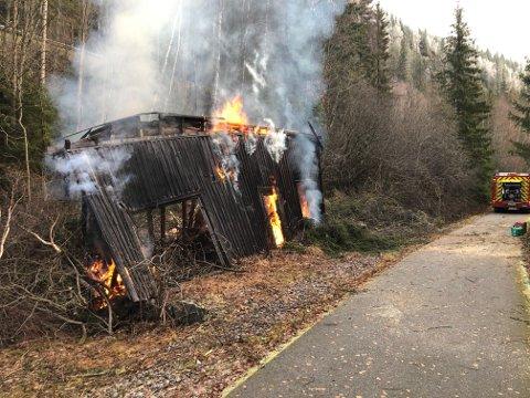 Nå brenner det, men brannfolkene har full kontroll.