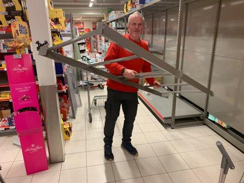 FULL FART: Nils Moen i gang med å plukke ned gammelt og sette opp nytt mens kundene er i butikken.