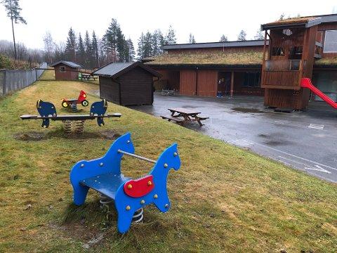 TOMT: Barnehagen Eventyrskogen i Etnedal er foreløpig tom. Kommunen avventer med eventuell åpning frem til flere prøvesvar forekommer.