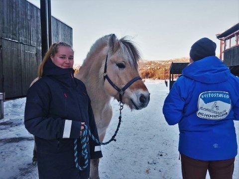 LÆRLING: Linda Sælid (18) er lærling i stallen på Beitostølen Helsesportsenter.