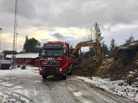 Fjernes: En knaus blir fjernet oppe på Fagernes Idrettspark Blåbærmyra av Hovrud Maskin AS.