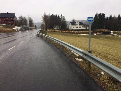 BUSSLOMMA I ROGNE: Grunneier ønsker å presisere hva som skjedde rundt utbedringen av gang- og sykkelvegen, og hvorfor busslomma ikke ble tatt med.