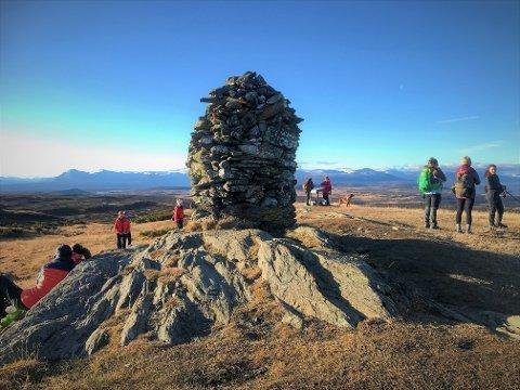 Mye folk: Her på Synet, 1137 moh, var det knapt et vindpust midt på dagen søndag. I stedet for vind var det masse folk på toppen, som har flott utsikt til alle verdens kanter.