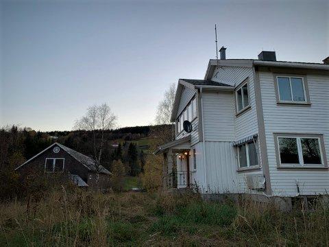 HAR FÅTT NYE EIERE: Landbrukseiendommen Vestsidevegen 321 i Røn er solgt for 4,6 millioner kroner.