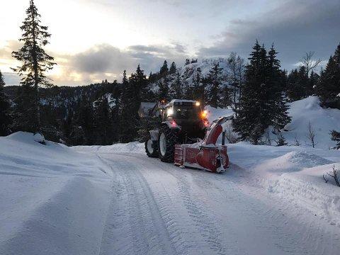 BRØYTEFORBUD: Striden om vinterbøryta veg opp til hyttene nord for vinterparkeirngplassen har vart i flere år, men nå håper advokaten for brøytemotstanderne at det kan gå mot en løsning på konflikten.