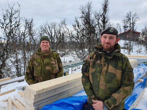 I GRØNT: Sersjant Knut Arild Thon (bak) er lagfører i Tropp 2 i Valdres HV-område. Her er han sammen med Kristian Rudi Innsatsstyrke Grebe i HV05. Begge er snekkere i Fjellbygg i det sivile.