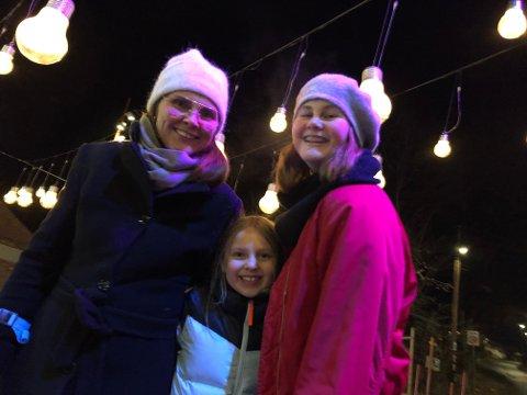 Mer tid med mamma: Anne Hilde Grøv har fått mer tid med døtrene Vilde på åtte år og Sofie på fjorten år med færre julekonserter på agendaen. Her på tur sammen en kveld i desember.