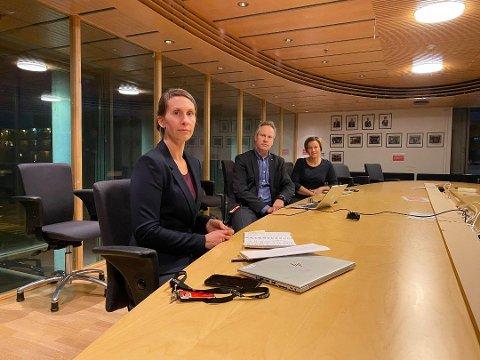Sofie Lund Danielsen (f.v.) sammen med ordfører i Fredrikstad, Jon-Ivar Nygård og kommunedirektør Nina Tangnæs Grønvold under en av mange pressekonferanser.  Denne gangen var det i samarbeid med Sarpsborg for å innføre en rekke forbud og påbud.