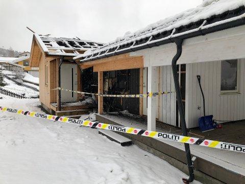 BRANNSKADD: Det var natt til søndag 27. desember at en familie på fire oppdaget at huset deres sto i brann, og kom seg ut på egen hånd. Ingen ble skadd, men bolighuset har fått store skader. Nå ønsker politiet å komme i kontakt med personer som kan ha gjort observasjoner.