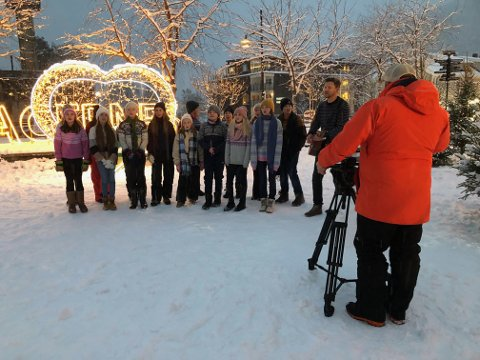 FØRSTE TAKE: Første take av musikkvideoen til låten ble gjort like før jul på Skiferplassen, med god koring fra 6. klasse fra NABS.