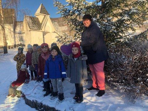 HÅP: Skoleklubben i Vestringsbygda barnehage pyntet treet utenfor Aurdal meninghetshus med et lilla hjerte av håp.