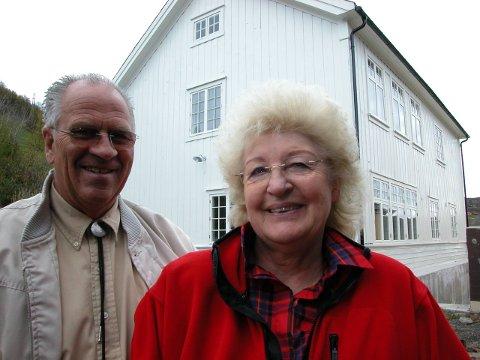 Ved Gamle Beito skule i 2005: – Vi set pris på kvar dag vi er friske og raske. Det er det viktigaste, at vi har det bra, seier Erik Grønolen. Her med Lillian ved sin side.