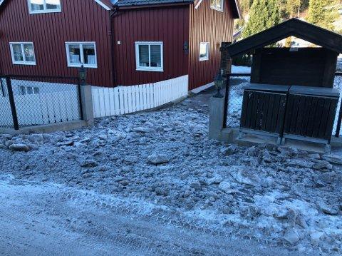 FØR RYDDINGA: Slik så det ut i innkjøringa hos Geir Ole Tveit Frøsaker inntil torsdag kveld. – Vi må påpeke at slik gjør man bare ikke, sier han, og er veldig fornøyd med at isen nå er fjernet.