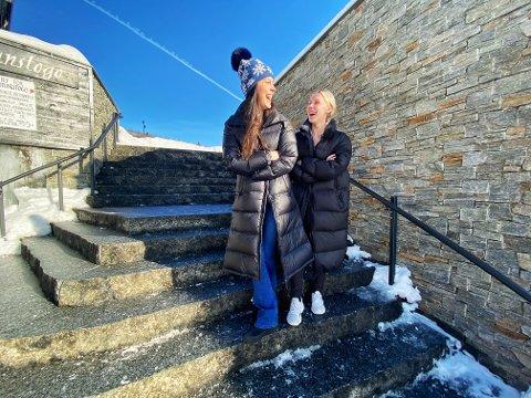 STORTRIVES: Lillan Kallevig (29) og Eline Olsen (26) flyttet til Beitostølen med få måneders mellomrom - og kunne ikke trives bedre. I tillegg fant de en bestevenn.
