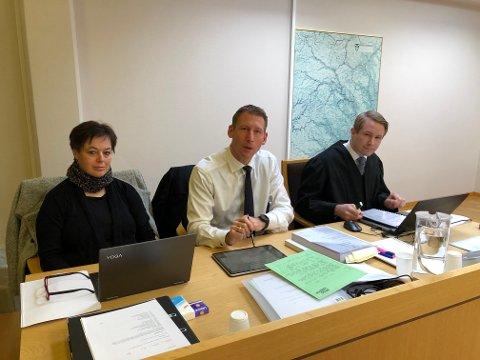 Påtalemyndigheten: Enken Kari Anne Haugrud (f.v.) med bistandsadvokat Tom Sørum og politiinspektør Johan Petter Bærland for påtalemyndigheten.
