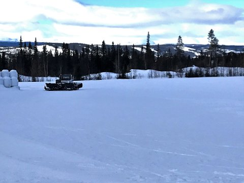 Valdres skisenter: På formiddagen torsdag kjørte løypemaskina fra Leirin Skiløyper opp spor på skistadion i Skrautvål. Skardåsenrunden var også brøyta torsdag.