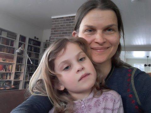 Bekymret: Randi Anita Hagaseth og datteren Emma (5) håper Leira barnehage kan bestå og at politikerne kan vedta å bygge ny barnehage på Leira, framfor Fagernes.