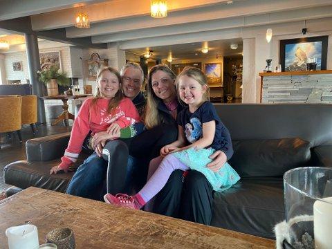 POSITIVE: – Det er viktig å holde motet opp i ei vanskelig tid, sier Atle Hovi. Her med Emma (10), Merete og Sofia (5).