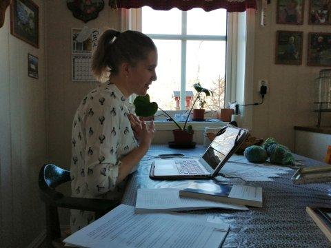 DISPUTERER HJEMME: Langt mindre formelt blir disputeringen for Maria Nordrum (34) som nå sitter ved kjøkkenbordet og forsvarer doktorgradsavhandlingen i lingvistikk.