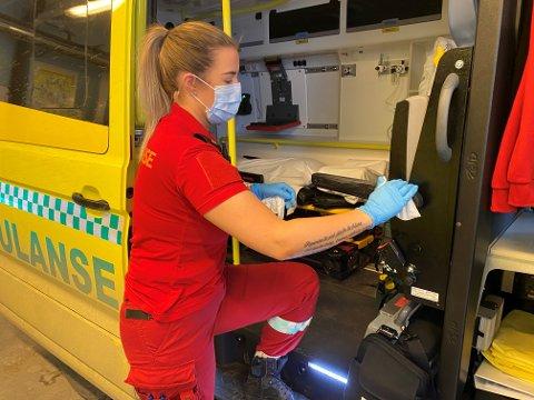 Viktig renhold: Det er innført strengt smitteregime i ambulansetjenesten i forbindelse med koronavirus. Alle flater i ambulansen rengjøres grundig etter hvert oppdrag. I tillegg brukes egen desinfeksjonsrobot etter oppdrag med mistenkte eller påviste smittetilfeller.