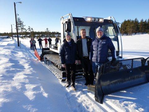 Fra venstre Per Ove Lindemark, styreleder i Tisleidalen Løypelag, Bjørn Oddgeir Bring, sjåfør og Bjørn Inge Olsen som er styreleder i Sanderstølen Hyttevel.