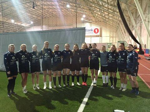Får en utfordring: Valdres FK damer trener til vanlig i Valdres Storhall. Søndag møter de Kaupanger sitt damelag i hallen på Leira.