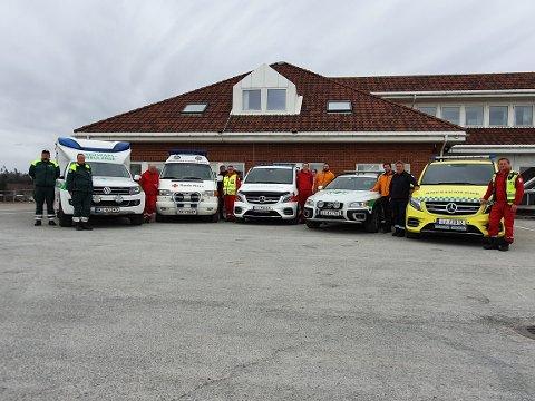 Samarbeid: Bildet er tatt 14.04.20, og viser noen av kjøretøyene fra de tre aktørene som benyttes i samarbeidet; Røde Kors, Norsk Folkehjelp og Sykehuset Innlandet.