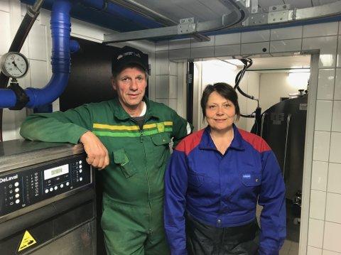 Reinli: Knut Bøhn og Mona Haslene i Reinli har levert elitemjølk i heile 25 år. Det svarar til 9100 samanhengande dagar. No får dei Mjølkespannet frå Tine som heider for innsatsen.