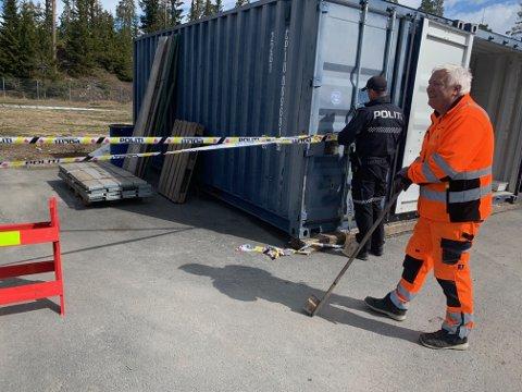 Pelle Hosen sikret områdt sammen med to betjenter fra politiet. Foto:Ivar Brynildsen