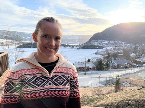 FØLGER RÅD: Kommuneoverlege Marit Tuv råder de som har bekymringer knyttet til å sende barna i skole og barnehage til å ta kontakt med fastlegen. Selv følger firebarnsmoren rådene fra FHI, og er ikke urolig.