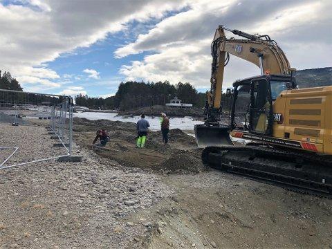 Graving: Etter påske gjennnomførte kommunen utbytting av en gammel vannledning, med fylkesarkeologer til stede.