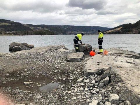 SKAL FOREBYGGE ULYKKER: Nord-Aurdal brannvesen og Strandefjorden grunneierlag jobber med å merke grunner på fjordbunnen.