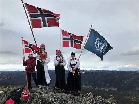 Feiring på fjellet: Mange etnedøler kom seg på varder og topper før flyet skulle filme 17. mai i Etnedal fra oven i fjor.